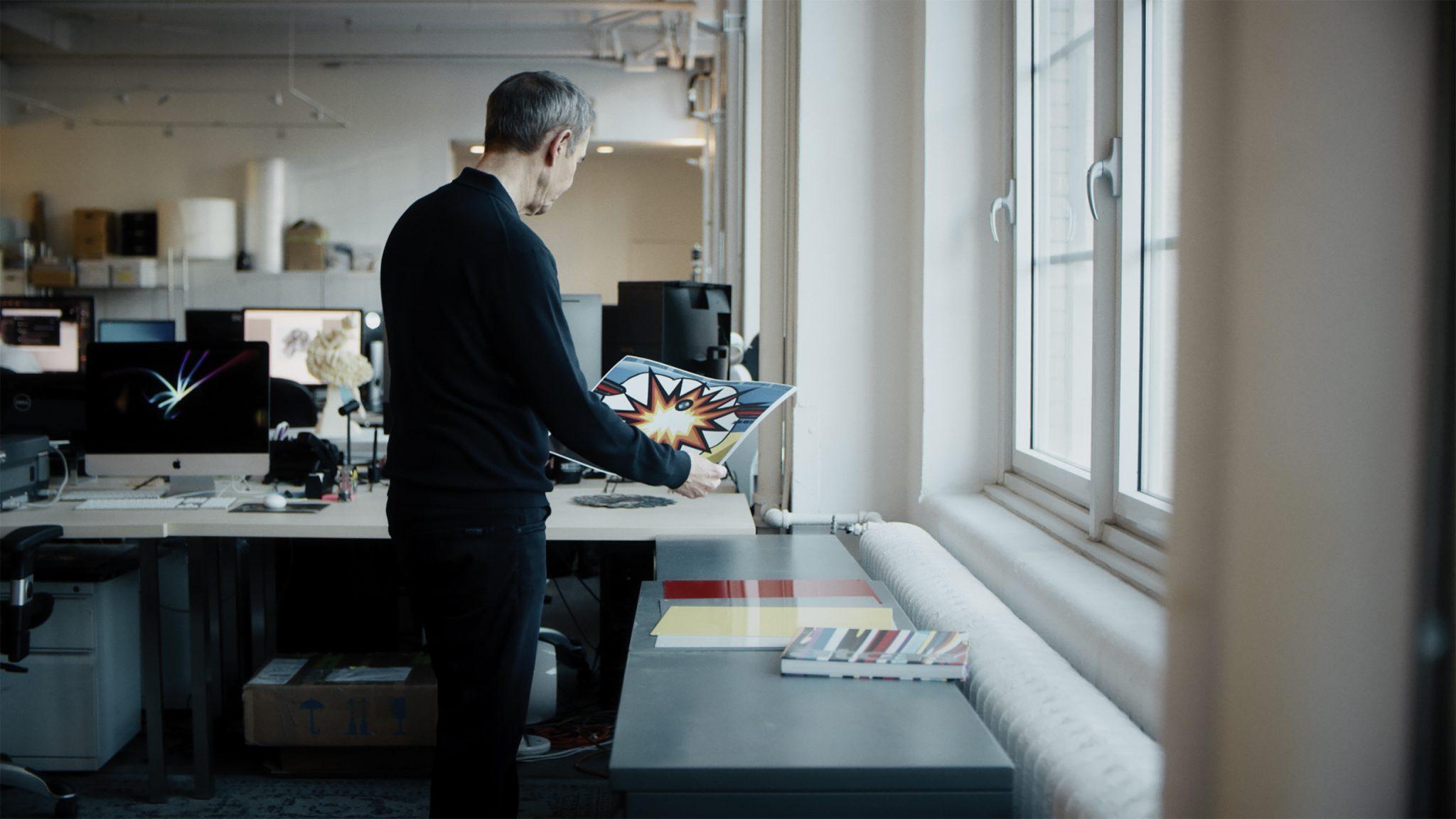 Image of Jeff Koons in his studio